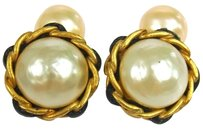 Chanel AUTH CHANEL VINTAGE GOLD TONE SLEEVE BUTTONS CUFFS IMITATION PEARL 94P W24322