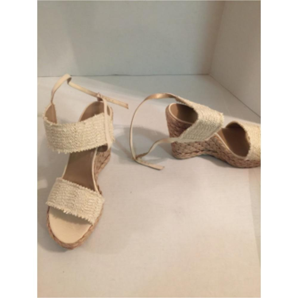 d8a545ef102 Manolo Blahnik Gold Cream Blue Paisley Slip On Thong Sandals Size EU 39  (Approx. US 9) Regular (M
