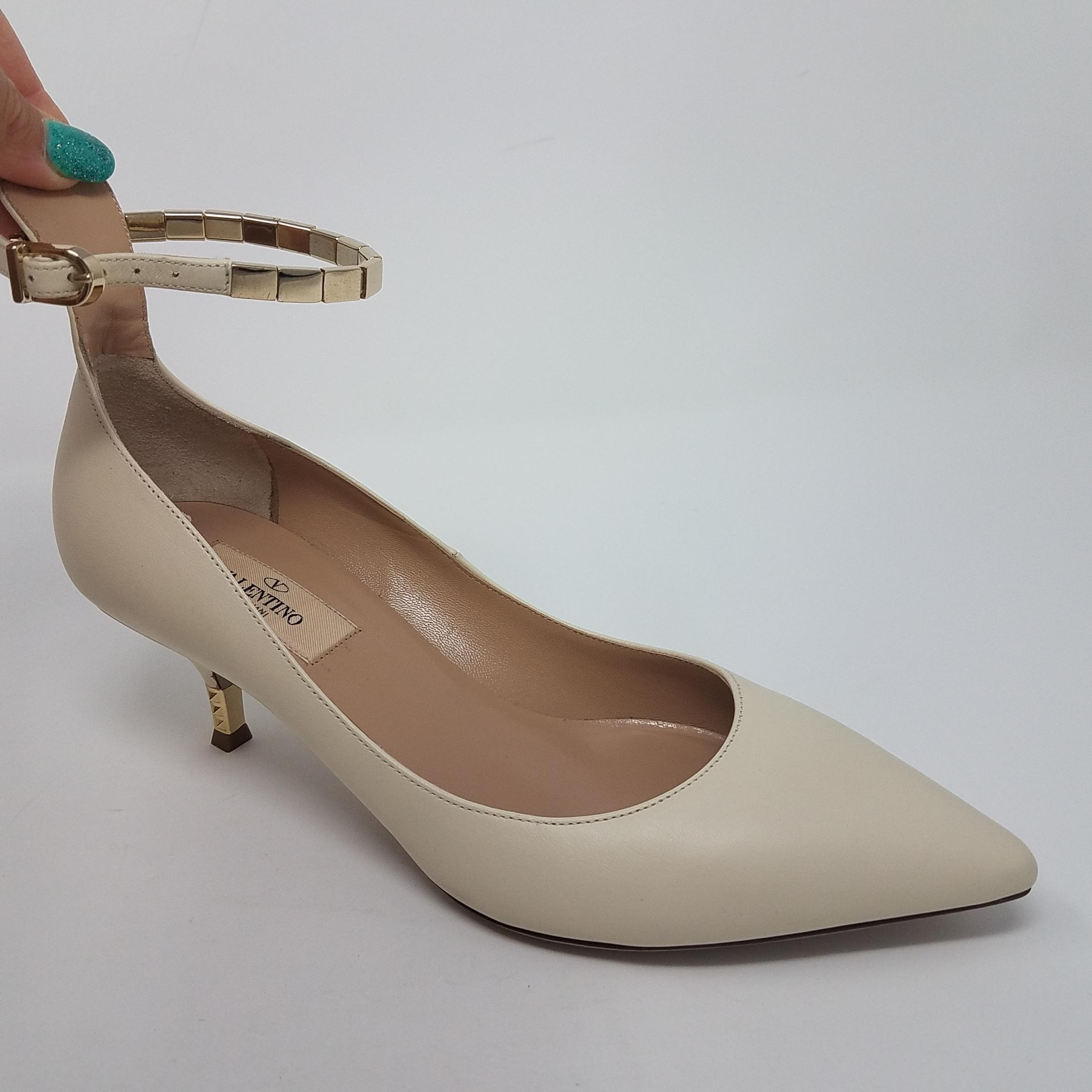 8291d0ea0c6 ... Valentino White Gold Ivory Leather Gold-tone Anle Anle Anle Chain  Pointed-toe Pumps ...